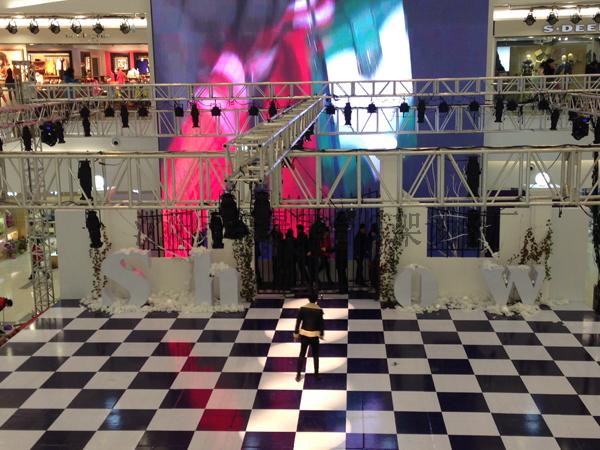 兴隆大都会舞台、灯光架以及现场搭建效果